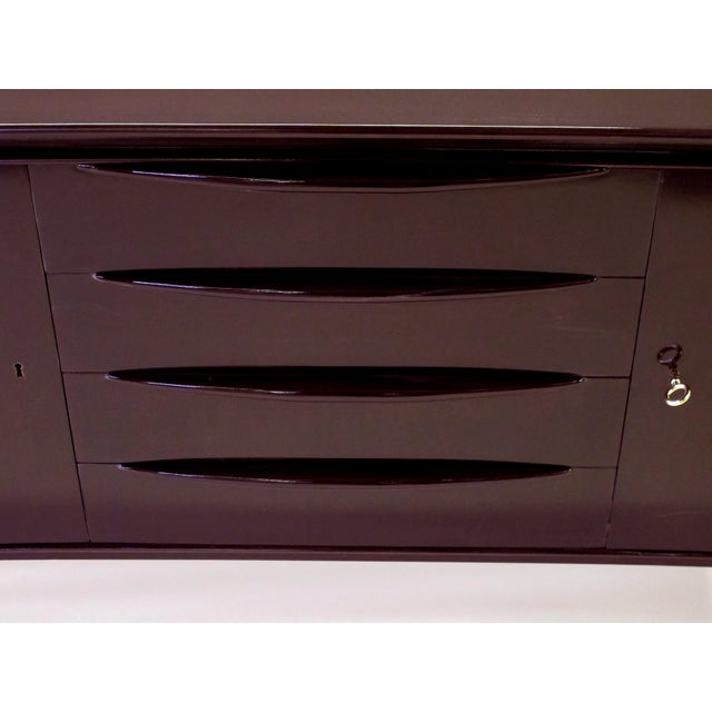 A sleek and stylish Italian mid-century deep brown lacquered incurved sideboard For Sale - Image 4 of 5