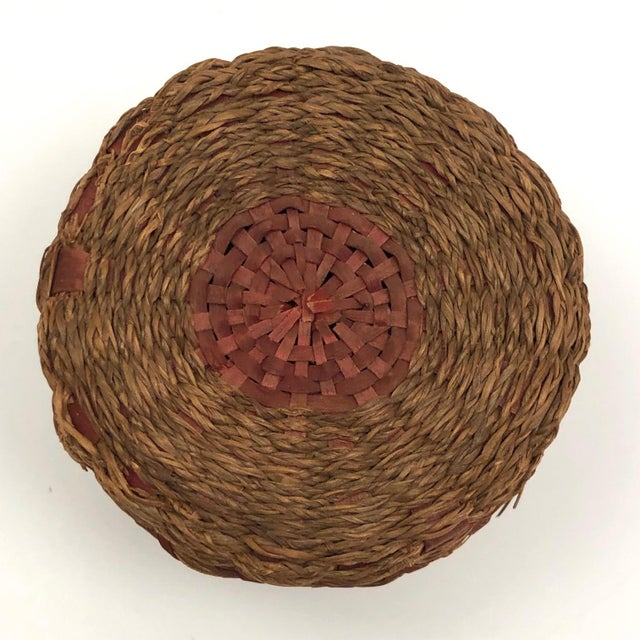 Early 20th Century 20th Century Primitive Wabanaki Sweetgrass and Dyed Ash Splint Lidded Basket For Sale - Image 5 of 13
