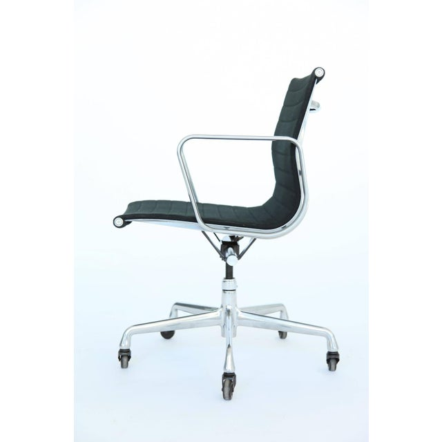 Mid-Century Modern Eames Aluminum Group Desk and Conference Chair For Sale - Image 3 of 10