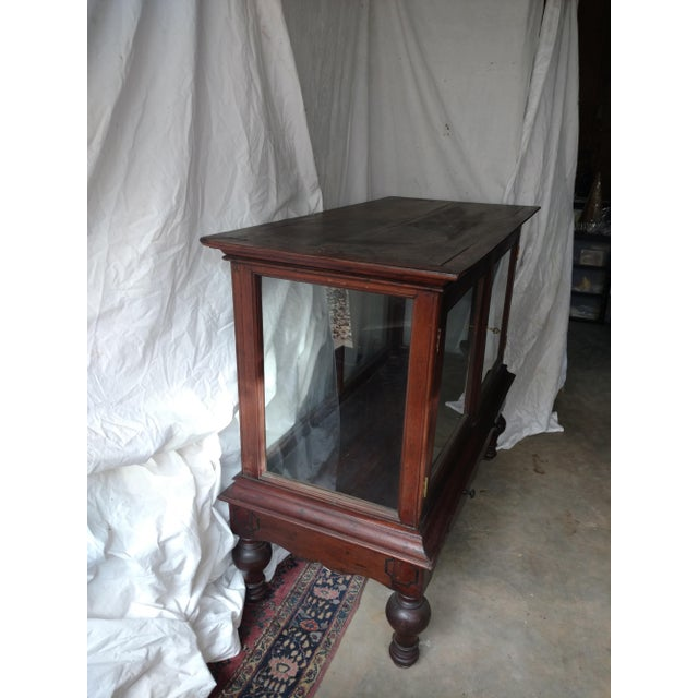 Brass 1930s Traditional Plantation Rosewood Glass Display Cabinet For Sale - Image 7 of 9