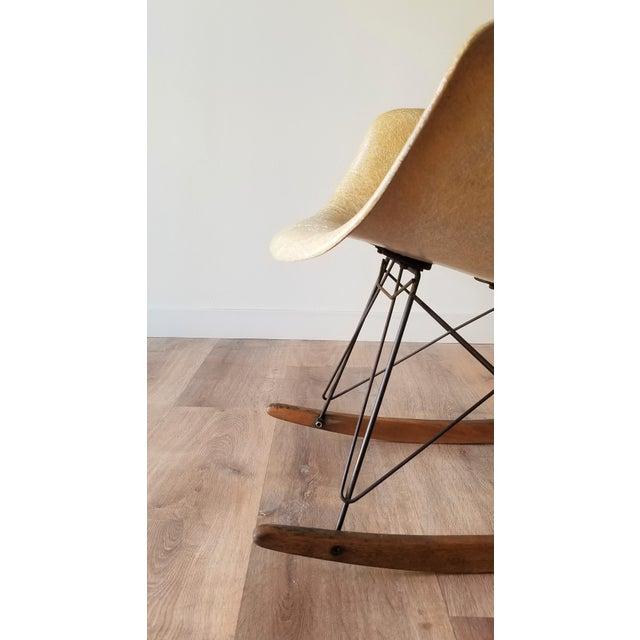Beige 1960s Eames RAR Rocking Chair in Ochre Light for Herman Miller For Sale - Image 8 of 13
