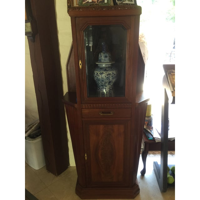 Vitrine Wooden showcase/display case. Mahogany, 1 drawer and lower cabinet . Vase not included and only for display...