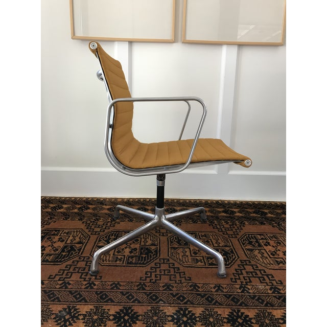 Mid-Century Modern Eames Aluminum Group Side Chair For Sale - Image 3 of 11