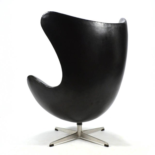 Exquisite Arne Jacobsen Early Egg Chair In Original Black Leather
