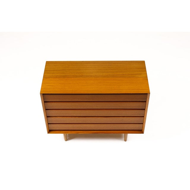 Wood Mid-Century Danish Modern Teak 5 Drawers Upright Chest / Dresser For Sale - Image 7 of 8
