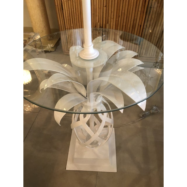 1970s Vintage Hollywood Regency White Lacquered Metal Pineapple Floor Lamp Table For Sale - Image 5 of 11