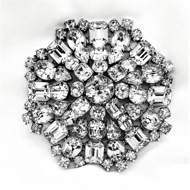 1950s Rhodium-Plated Faceted Glass Stone Brooch For Sale - Image 9 of 10