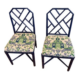 1970s Chippendale Bamboo Chairs With Duralee Kelly Green Chinoiserie Pagoda Fabric - a Pair For Sale