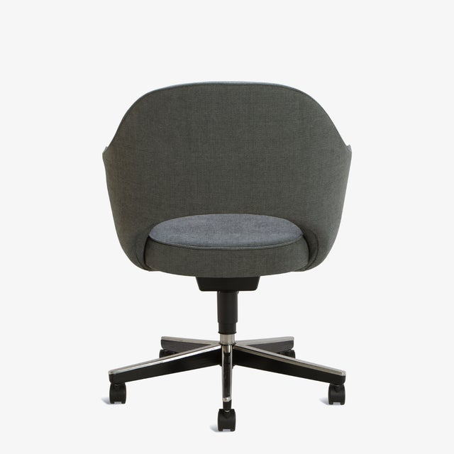 Knoll Saarinen Executive Arm Chair in Textured Charcoal Weave, Swivel Base For Sale - Image 4 of 8