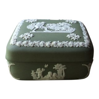 1930s Neoclassical Antique Wedgewood Covered Box For Sale