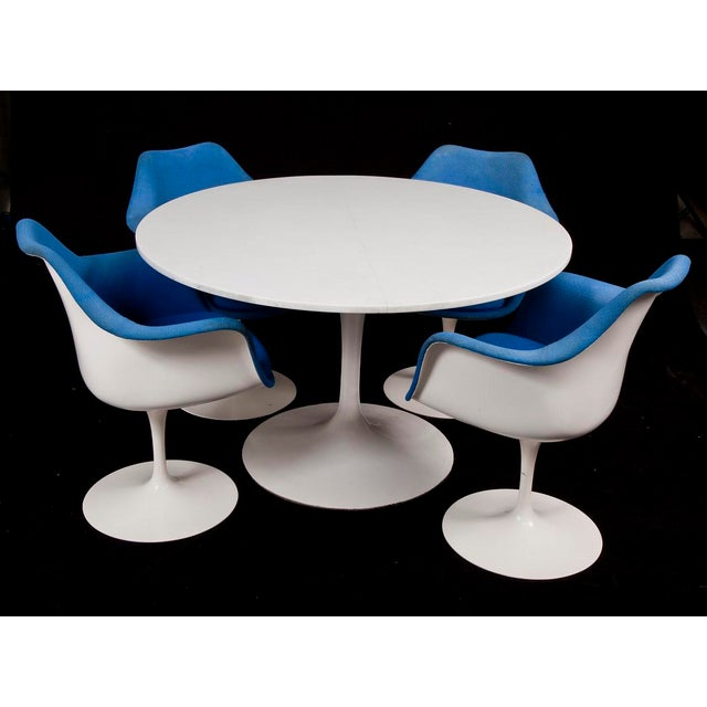 This is an extremely rare early edition Saarinen for Knoll dining set. Most likely dated between 1957 to 1959, the dining...