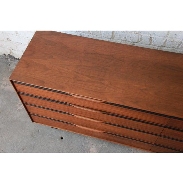 Brown John Kapel for Glenn of California Mid-Century Modern Eight-Drawer Walnut Dresser For Sale - Image 8 of 13