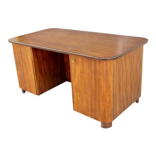 1940s Mid-Century Modern Walnut Desk in Walnut Executive Desk For Sale