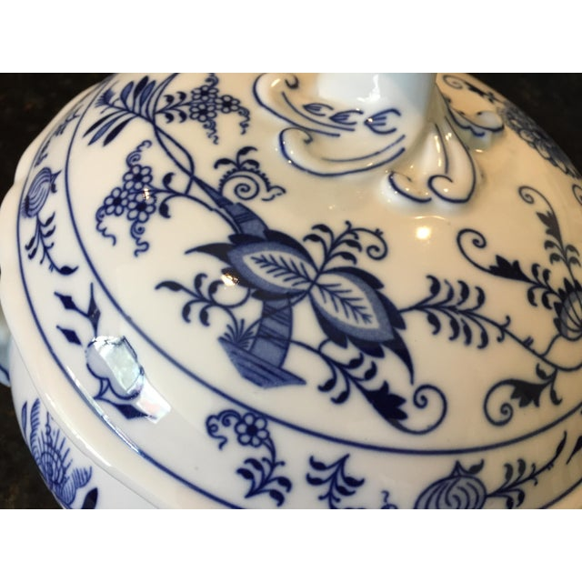 1920s Chinoiserie Bohemia D Zwiebelmuster Covered Tureen For Sale - Image 10 of 12