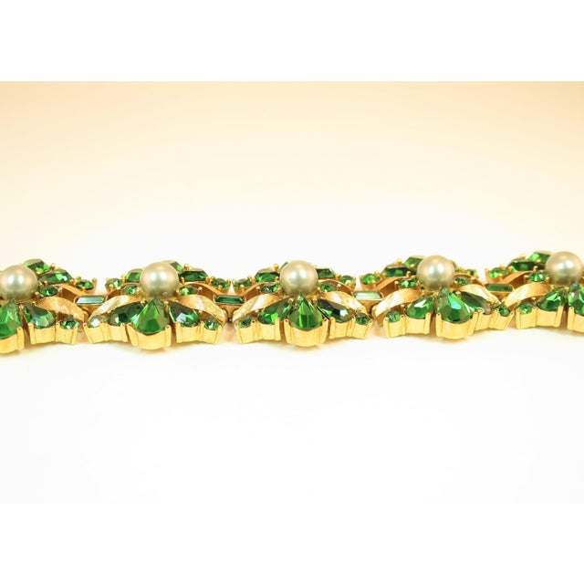 Crown Trifari Alfred Philippe Gilded Rhodium Bracelet EmErald Crystals 1950s For Sale In Los Angeles - Image 6 of 13