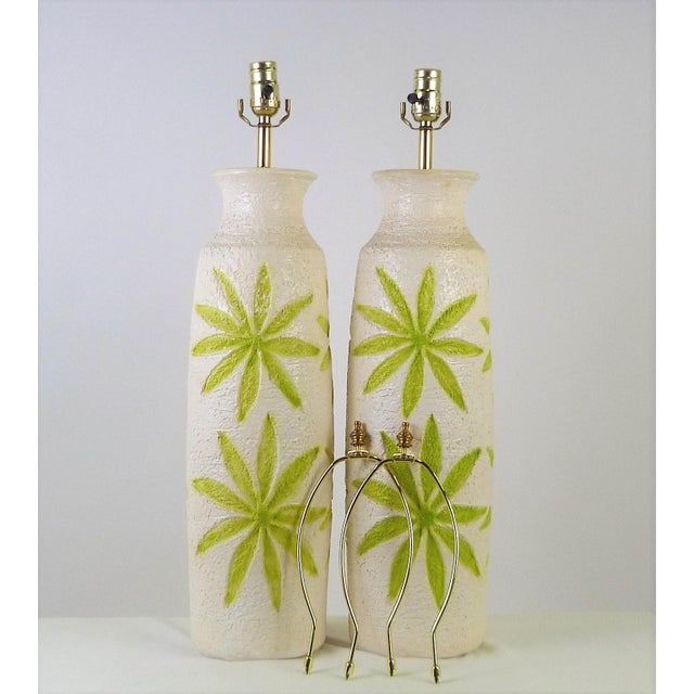 White Pair of Mid-Century Modern Tropical Motif Ceramic Table Lamps by Ventura Lamp Co. For Sale - Image 8 of 8