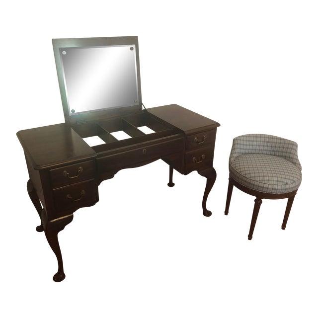 Henkel Harris Virginia Gallery Queen Anne Vanity and Chair For Sale