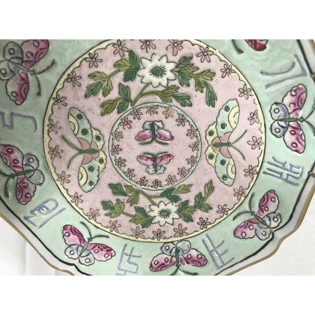 Vintage chinoiserie famille Jingdezhen porcelain decorative plate. This pretty plate depicts beautiful pink butterflies...