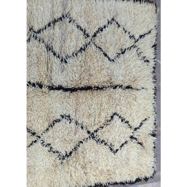 African 1980s Beni Ourain rug- 5′ × 7′ For Sale - Image 3 of 8