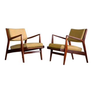 Jens Risom Pair of Midcentury Walnut Lounge Chairs For Sale