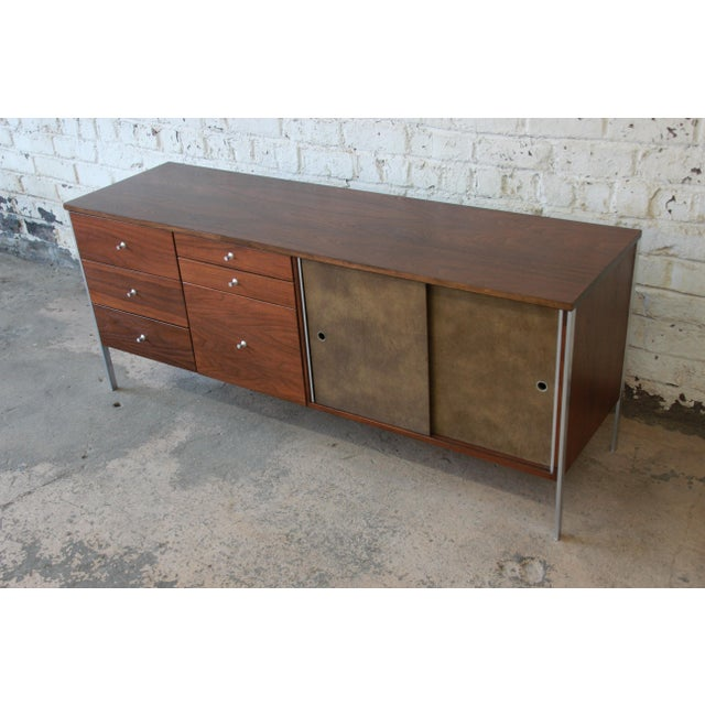Contemporary Paul McCobb Area Plan Units Mid-Century Modern Walnut Low Credenza For Sale - Image 3 of 14
