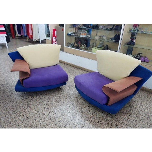 This is a pair of vintage Saporiti lounge chairs. The pieces are from the 1990s and rendered in a Space Age mod design.