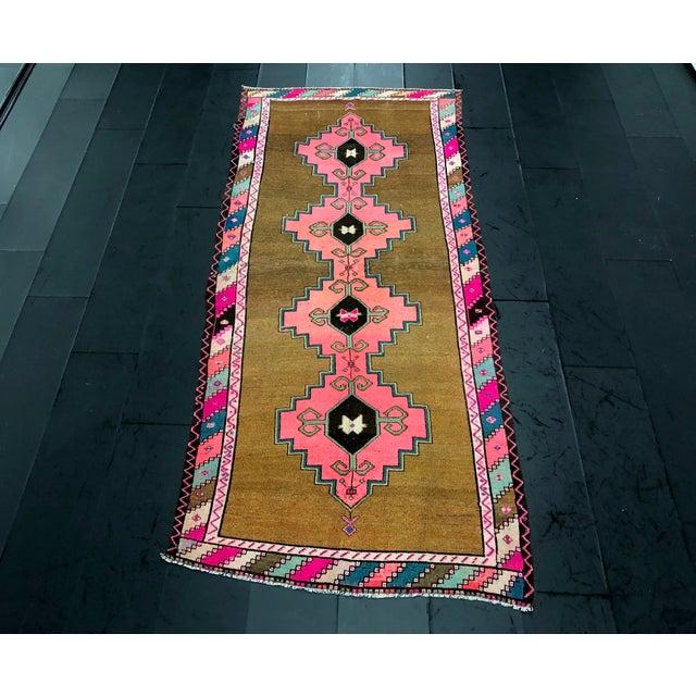 Vintage Turkish Anatolian Pink Geometric Patterned Oushak Area Rug - 4′4″ × 9′10″ For Sale - Image 11 of 11