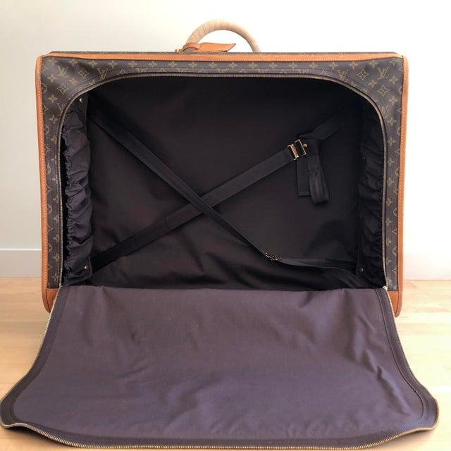 Iconic authentic Luis Vuitton Pullman 75 Suitcase. Brown monogram coated canvas, brass hardware, tan vachetta leather...