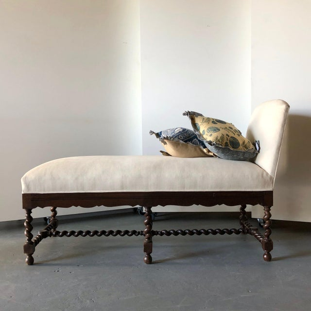 English Elizabethan-Style Loro Piana Linen Upholstered Chaise For Sale - Image 3 of 10