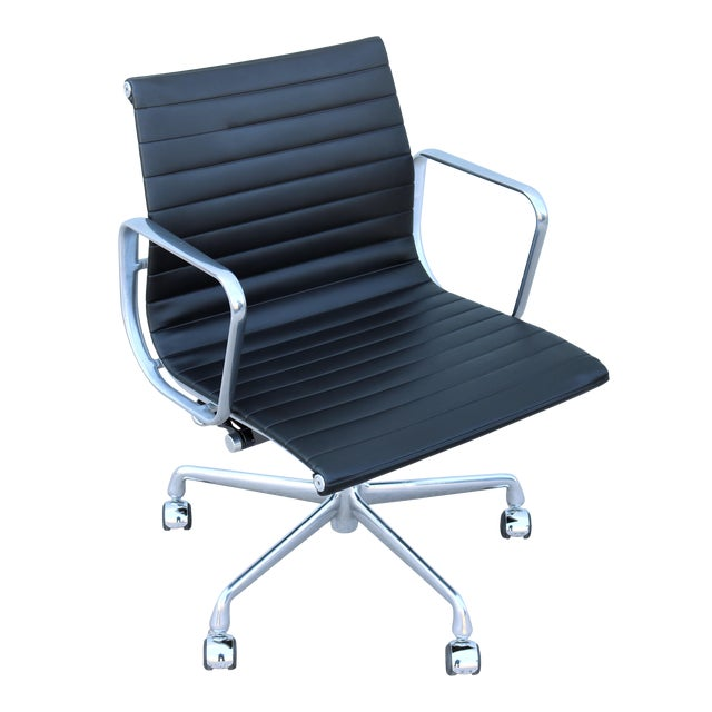 Mid-Century Modern Herman Miller Eames Aluminum Group Black Management Chair For Sale