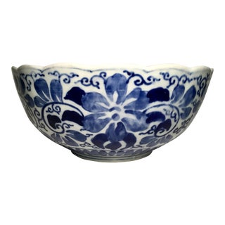 19th C. Blue and White Floral Motif Scalloped Edge Chinese Bowl For Sale