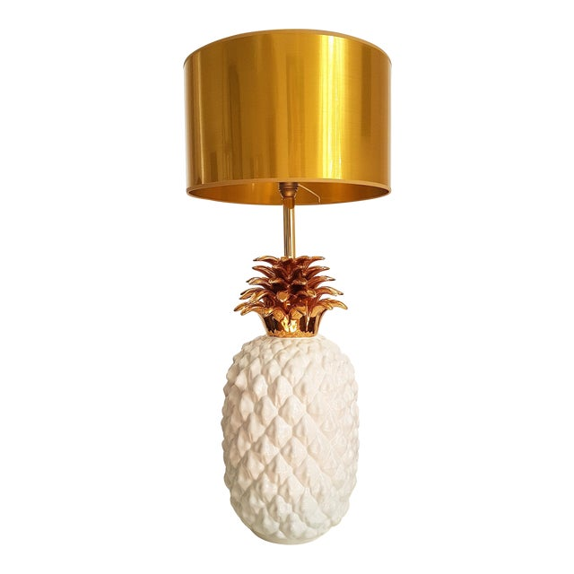 Large ceramic white and gold pineapple French lamp, by Maison Lancel, Paris, circa 70's. Mid Century Modern lamp. In...