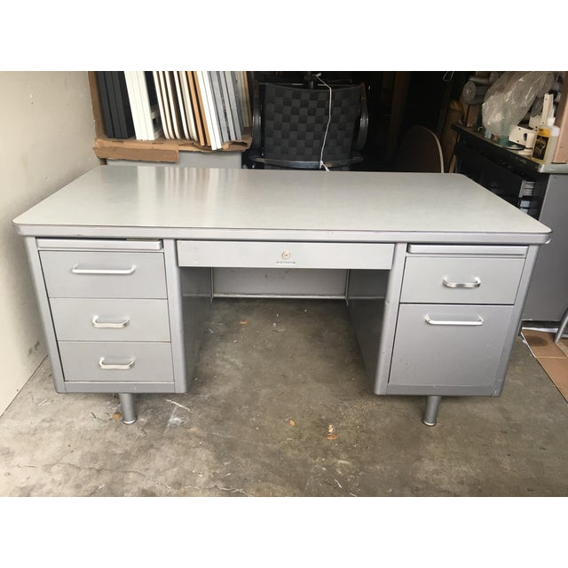 Vintage steelcase metal desk in nice vintage condition. Made in the 1970s.