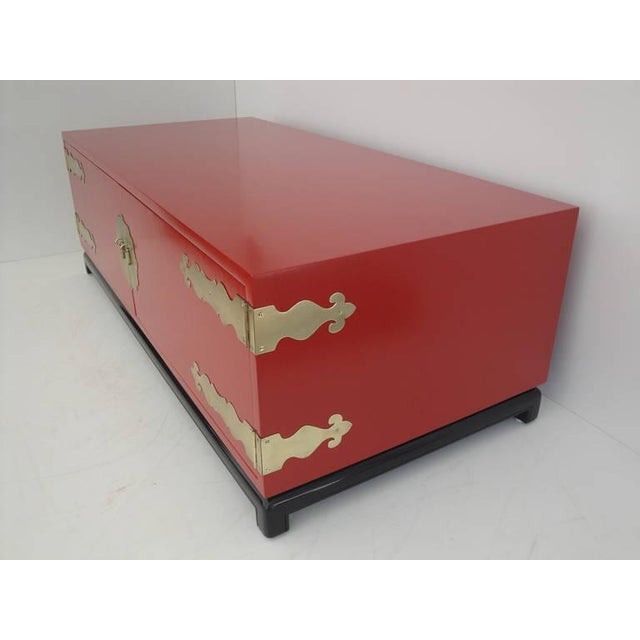1960s 1960s Asian Red Lacquered and Brass Coffee Table/Storage Chest For Sale - Image 5 of 11