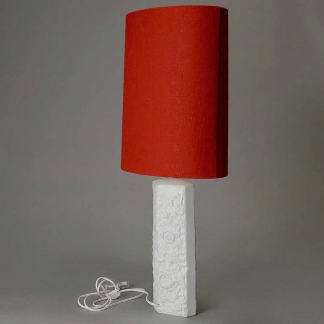 Mid-Century Modern Mid Century Bisque Porcelain Sculpted Shell Table Lamp With Red Shade For Sale - Image 3 of 6