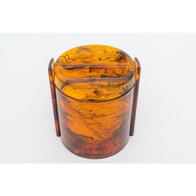 Faux Tortoise Shell, Marbleized Lucite Ice Bucket With Tongs From 1970s Italy For Sale - Image 4 of 13