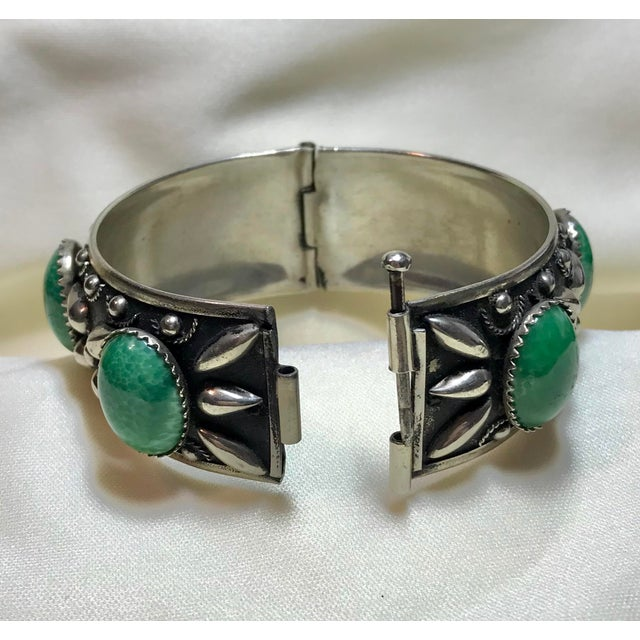 Metal 1940 Silver-Plated Green Cabochon Hinged Bangle For Sale - Image 7 of 8