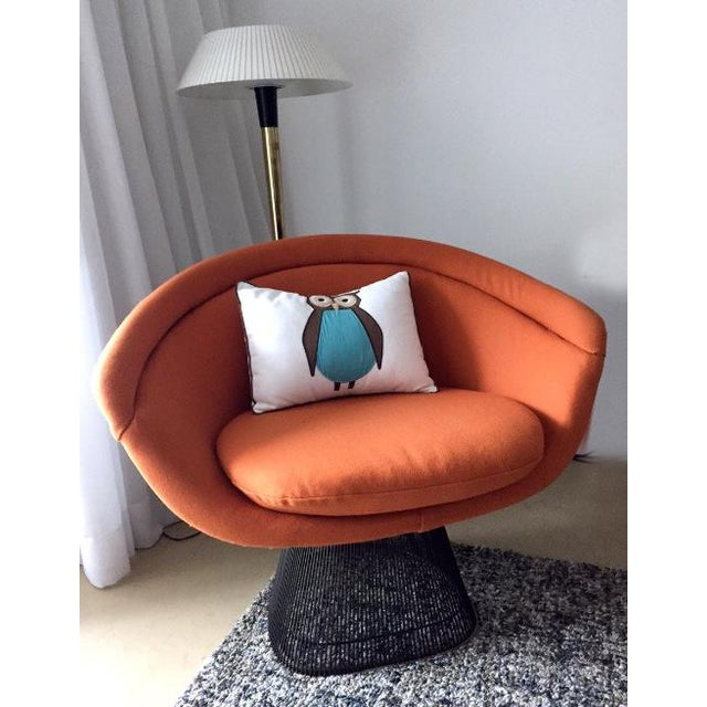 An iconic wire lounge chair designed by Warren Platner in 1966 for Knoll. Bronze-plated steel rod construction with a...