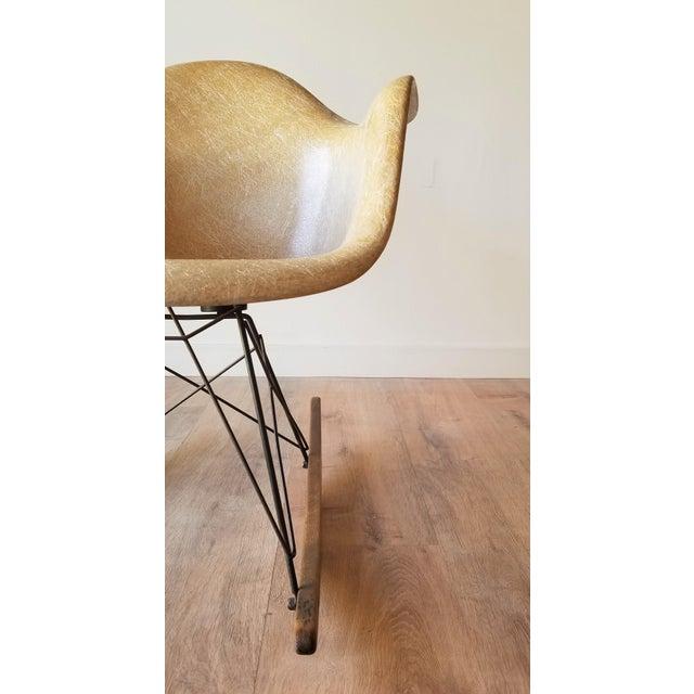 Metal 1960s Eames RAR Rocking Chair in Ochre Light for Herman Miller For Sale - Image 7 of 13