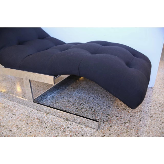 """Contemporary 1970s Milo Baughman """"Wave"""" Chaise in Polished Chrome and Black Upholstery For Sale - Image 3 of 8"""