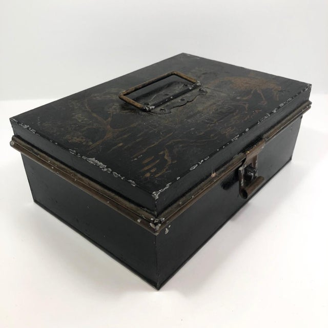 Early 20th Century Tole Painted Asian-Themed Antique Tin Spice Box With Six Canisters - 7 Pieces For Sale - Image 5 of 13