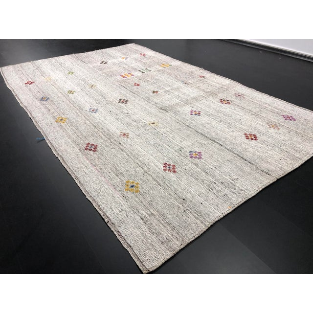 1960s 1960s Vintage Floral Patterned Traditional Turkish Anatolian Aztec Handwoven Kilim Rug- 6′10″ × 11′3″ For Sale - Image 5 of 11