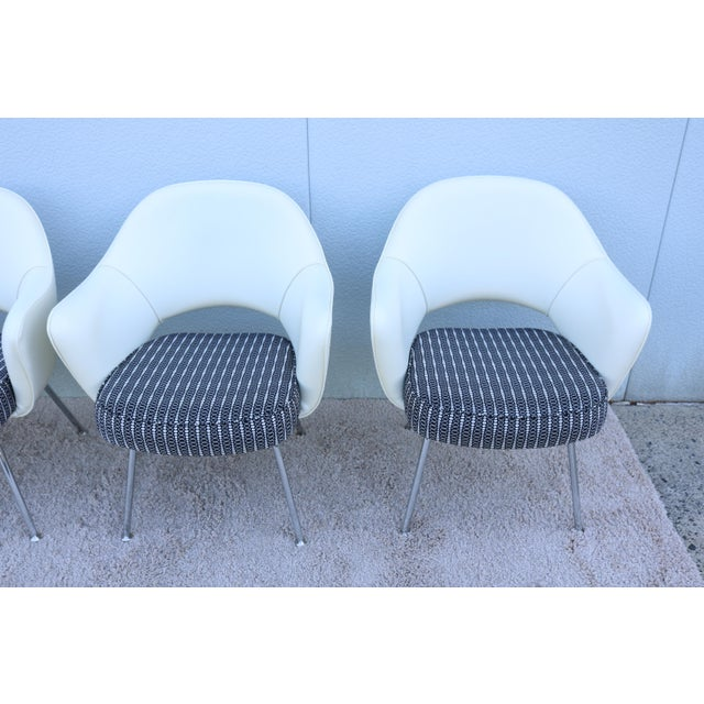 White Mid-Century Modern Eero Saarinen for Knoll White Executive Arm Chairs - Set of 4 For Sale - Image 8 of 13