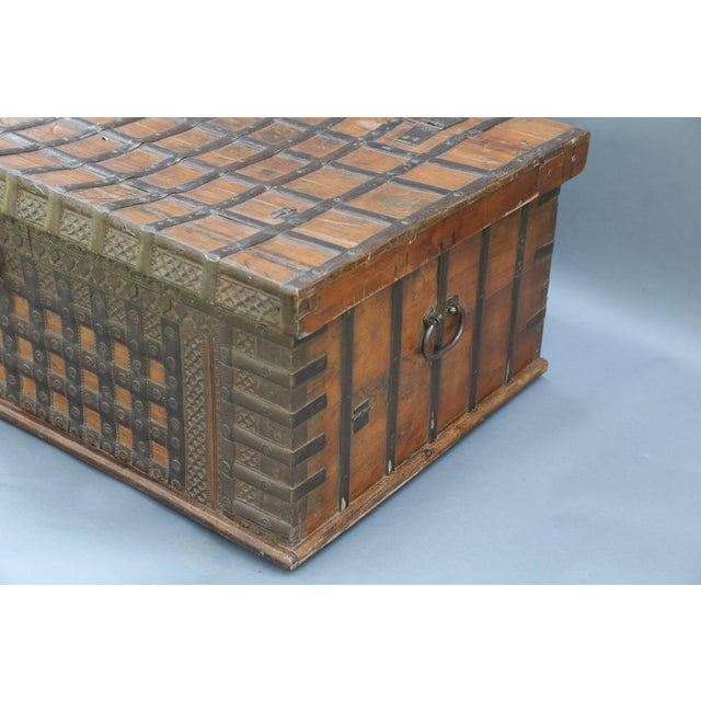 British Colonial Iron Bound Trunk Coffee Table Chest For Sale In Houston - Image 6 of 13