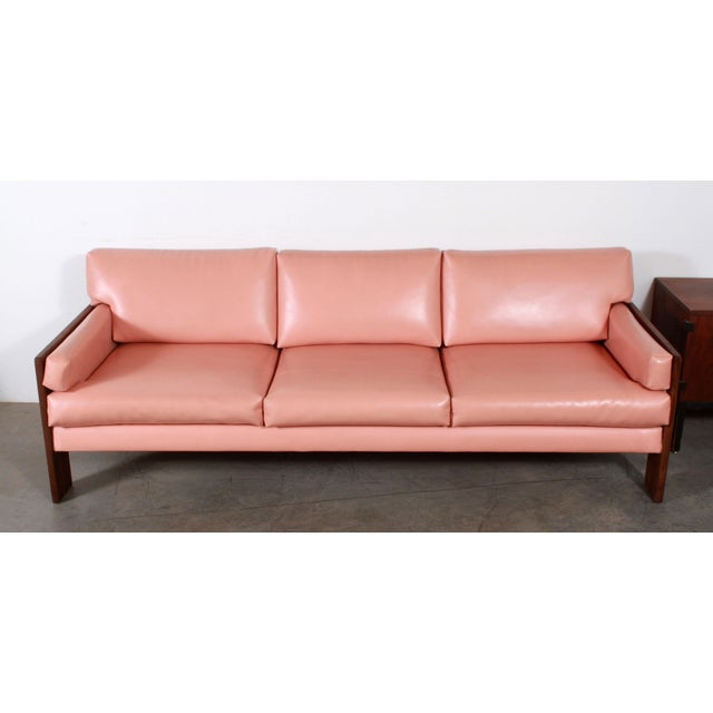 Adrian Pearsall Mid Century Modern Adrian Pearsall for Craft Associates Pink Vinyl & Walnut Sofa For Sale - Image 4 of 13