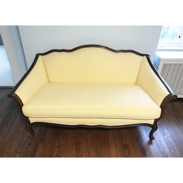 Bernhardt French Louis XV Style Settee in excellent vintage condition. Beautiful soft yellow fabric, 4 legged carved...