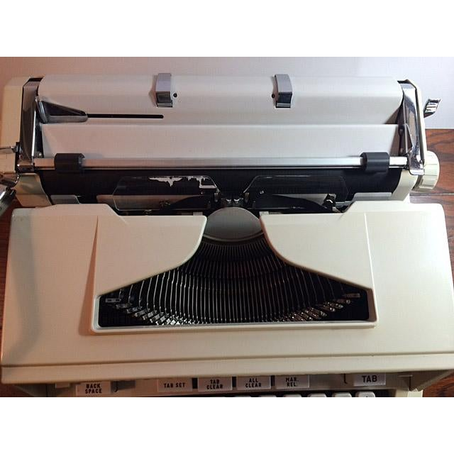 Vintage 1970's Hermes 3000 / Media Portable Typewriter & Case For Sale - Image 5 of 11
