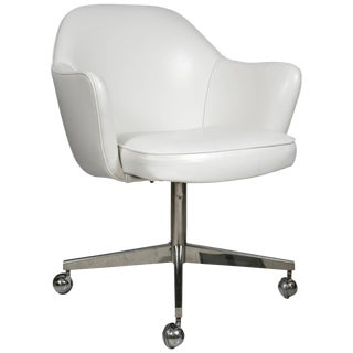 Saarinen Executive Arm Chair in White Leather, Swivel Base For Sale