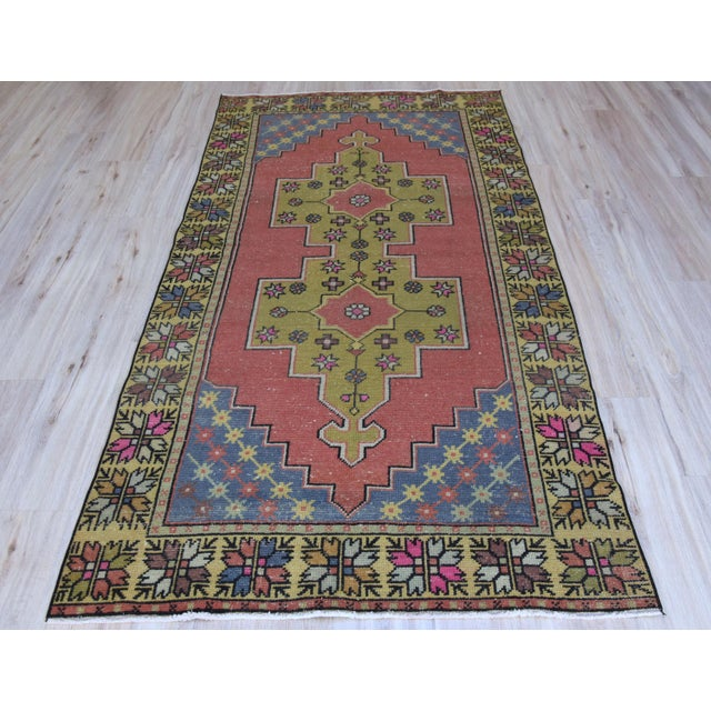 Vintage Turkish Oushak floral stars rug in muted olive green and red. Size => 8 x 3.9 feet -//- 243 x 119 cm -//- 96 x 47...