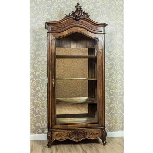 Rococo Early 20th-Century Walnut Neo-Rococo Showcase For Sale - Image 3 of 11